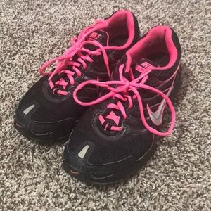 Nike torch 4 sneakers size 8 black and hot pink